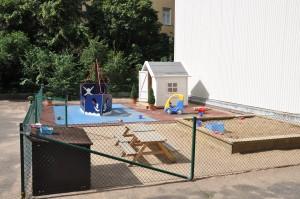 Barnen tycker också mycket om att leka i sandlådan.