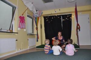 Här sjunger och dansar vi mycket med barnen.