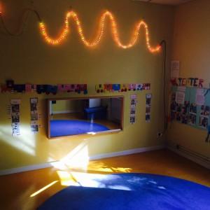 Dansspegeln är mycket uppskattad i musik & teaterrummet. Här tittar barnen när de dansar eller när de klär ut sig och leker rollekar.