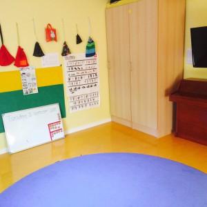vi sover även i Musik & Teaterrummet, här är madrasskåpen där vi förvarar madrasser separerat från varandra för att minimera sjukdomar. På väggen hänger språk & musikpåsar för att jobba med språkutveckling och matematik samt sång.