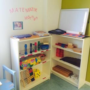 I skaparrummet finns en matematisk station, där har vi material som är tillgängligt som gör det enkelt att lära sig matematik, som antal, matematiska begrepp, jämföra, och utforska matematik.