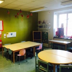 I skaparrummet finns flera stationer, skaparrummet är också en plats för måltid. Då sitter vi vid dessa tre bord.