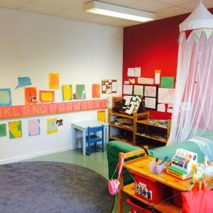 Våra barn är intresserade av skriftspråket, vilket vi jobbar aktivt med på förskolan. Vi har en skrivhörna, en myshörna för läsning, och böcker är tillgängligt så barnen kan välja. Vi går regelbundet till biblioteket med barnen och böckerna varierar efter tema och projekt - det barnen är intresserade av.